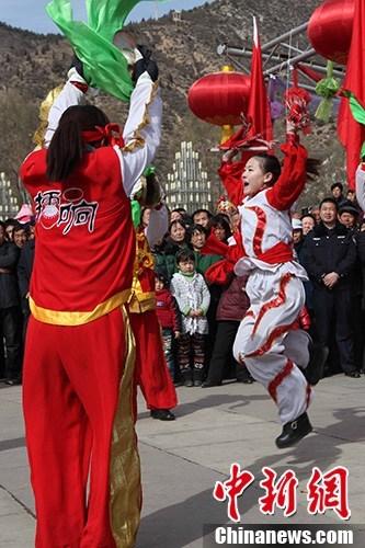 ,方山县马坊镇秧歌队用锣鼓、舞狮、伞头秧歌等传统表演庆贺新年