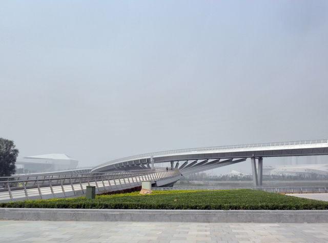 跻汾桥,是省城太原首座大跨度景观步行桥,东起学府街,跨越汾河,