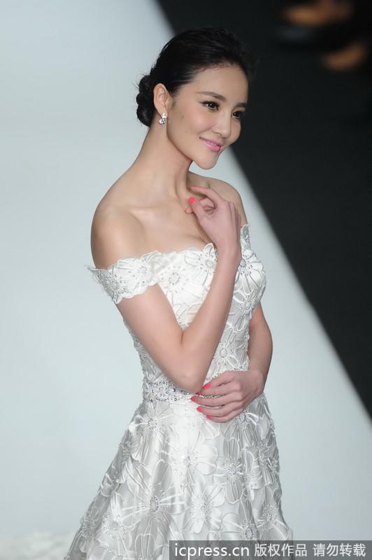 刘雨欣婚纱走秀 拖地长裙露肩秀美背