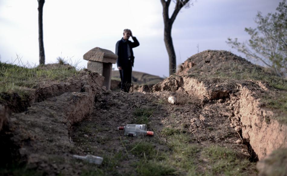 山西兴县煤矿采空区致村民祖坟塌陷图片