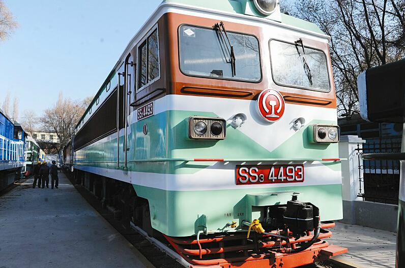 不同历史时期的火车头组成了一道亮丽的机车风景线,见证了铁路运