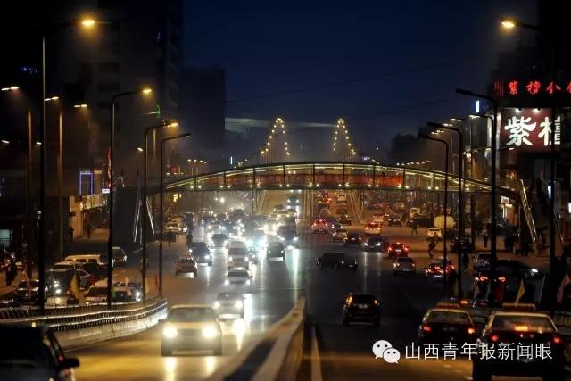"""不建议广大车主""""扎堆""""选择学府街通行. 图源:山西青年报-太原"""