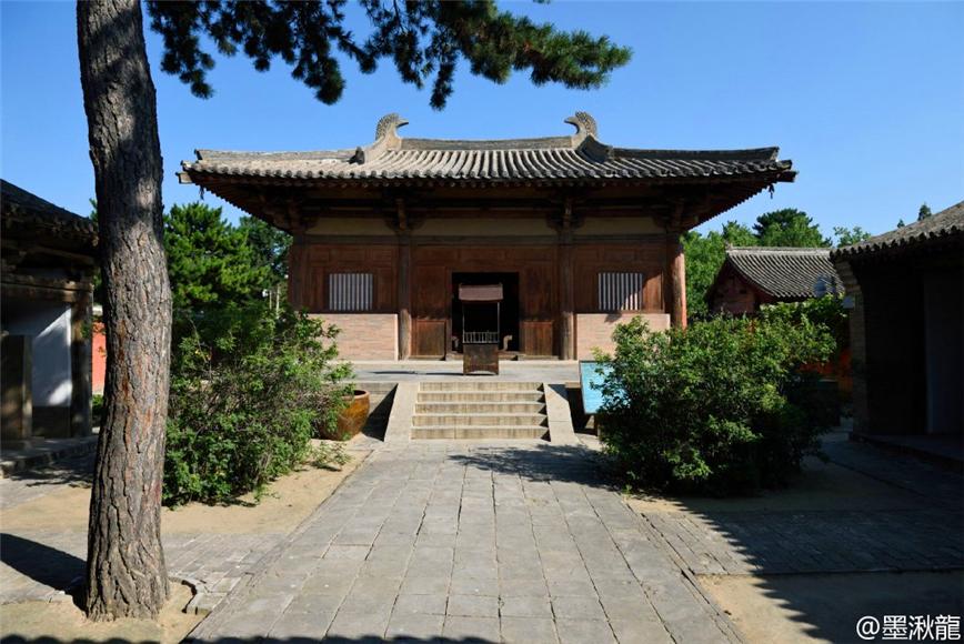 不大,却有我国现存最古老的木结构建筑——大佛殿.其殿内保存