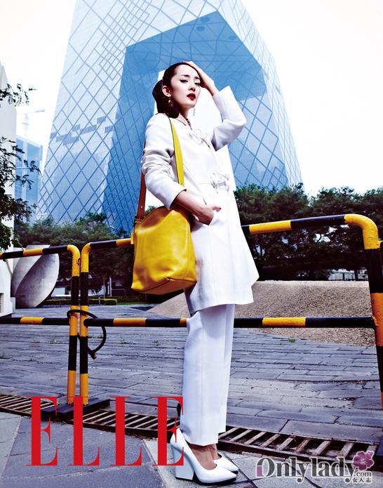 气女演员大奖的杨幂,携手某时尚杂志拍摄时尚写真.杨幂游走于北