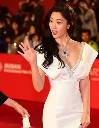2日17时,第19届釜山电影节在韩国釜山开幕.众女星着低胸装亮图片
