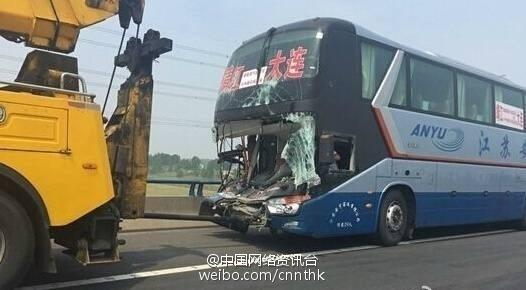 沈海高速10余车连环追尾相撞 事故现场惨烈