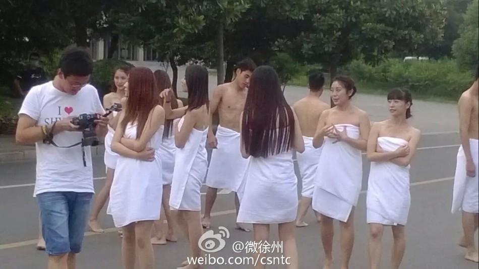 矿业大学校园内学生裹浴巾拍摄毕业照的照片在