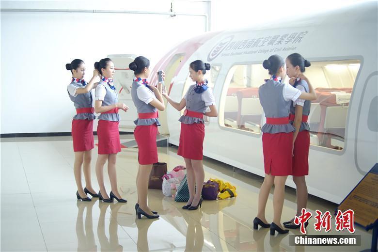 航空学院女生的一天 礼仪学习注重细节图片