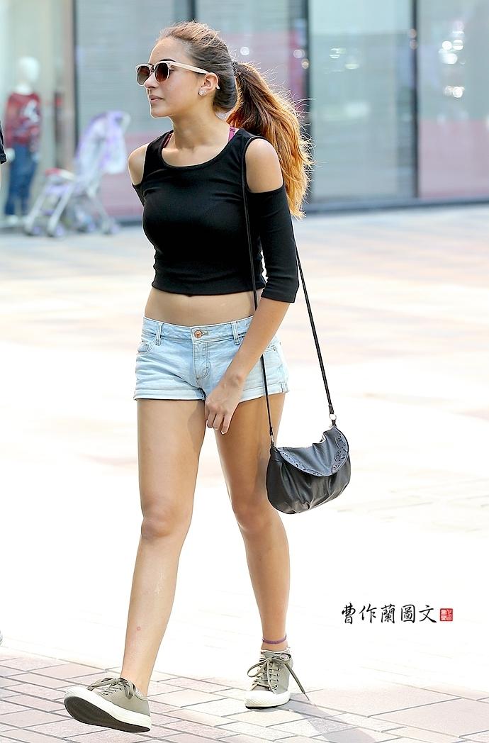 街拍 大尺度的露脐装美女图片