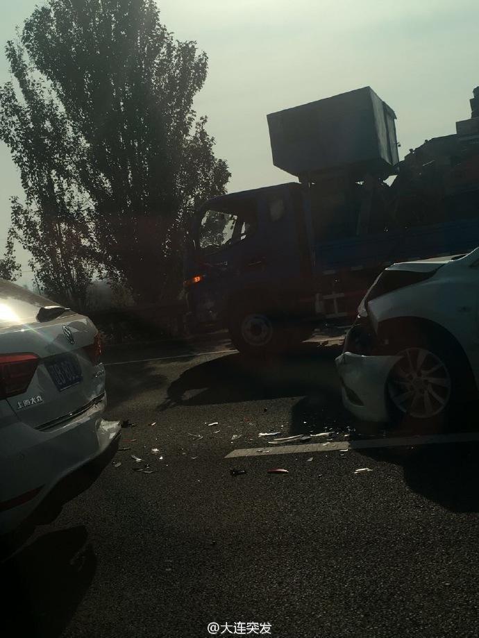 沈海高速公路多车追尾连撞 车辆严重变形