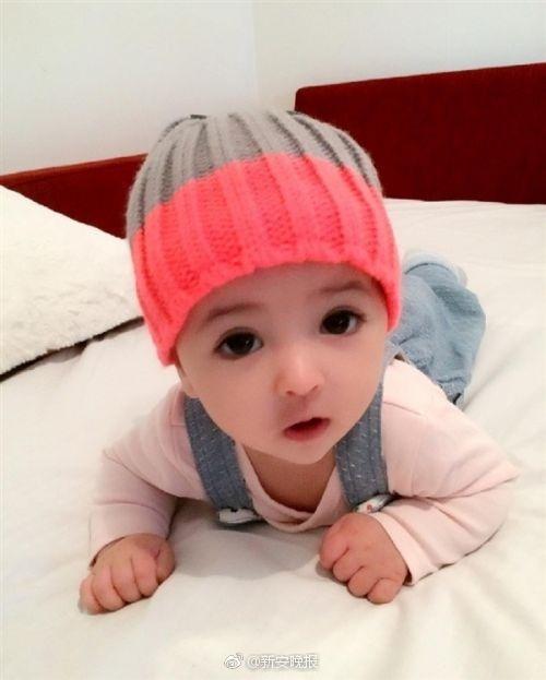 瑞典女宝宝萌照走红网络:自带美颜效果