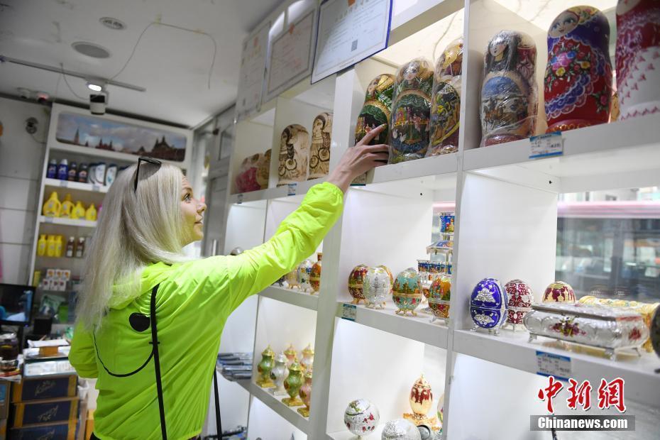 商品店,买一些家乡的特产,送给中国朋友. 中新社记者 张瑶 摄-俄