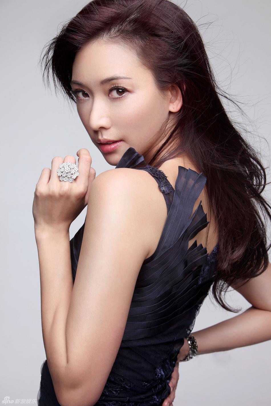 林志玲蕾丝抹胸裙拍写真小露香肩