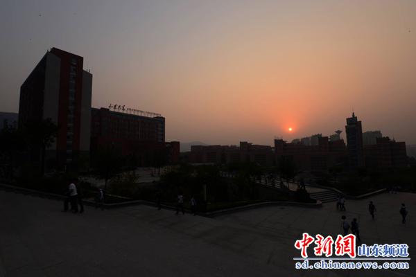 日落兴隆山,山大南校区学子又开始经过广场进入图书馆,忙碌晚自习图片
