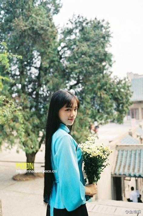 """花""""黄灿灿身穿民国时期服饰在校内樱顶拍摄了一组穿越写真,据说图片"""