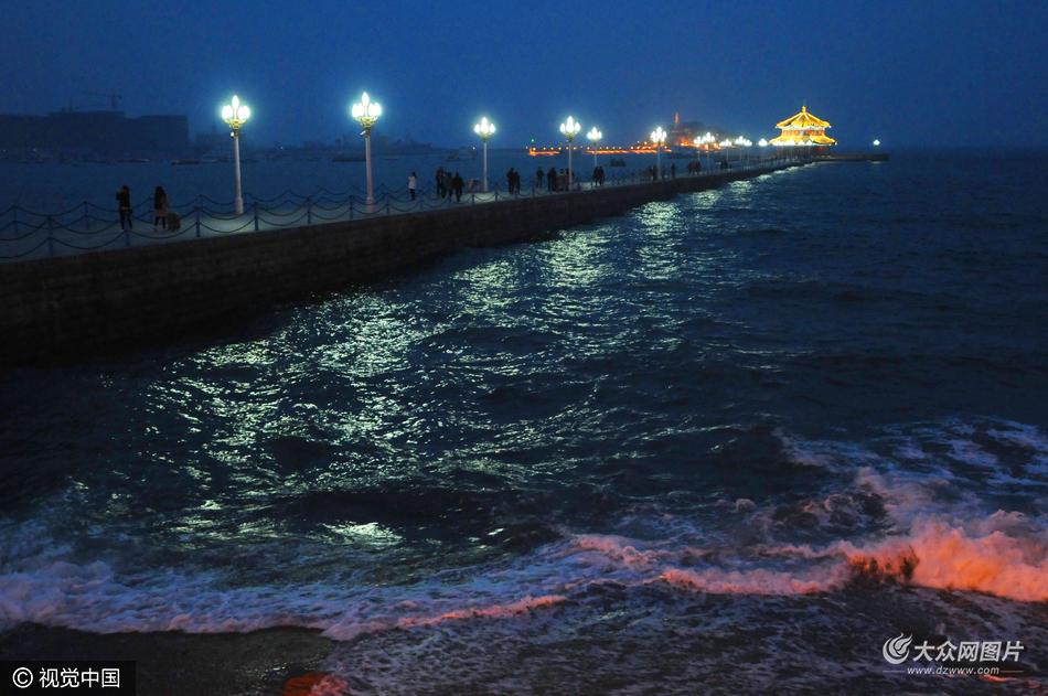 青岛:天文大潮扮靓海滩