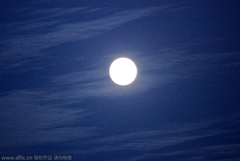 明月与花火 各地中秋圆月照寄托乡情