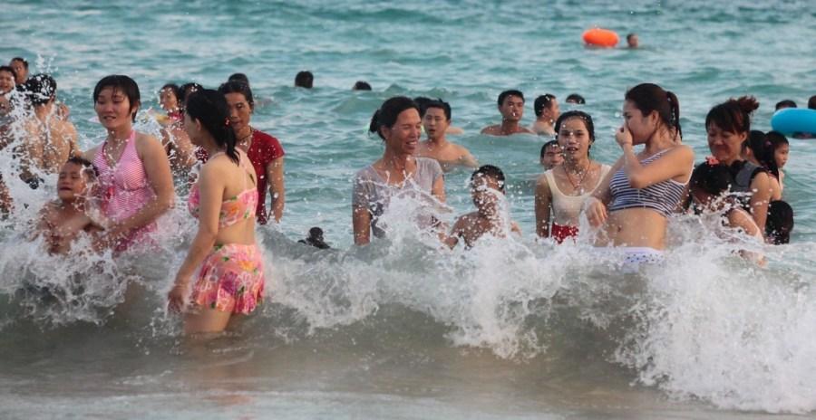 海南三亚上万比基尼美女挤爆海滩