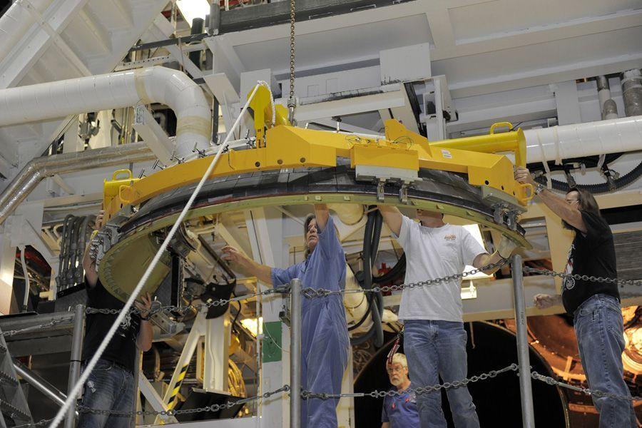 美国发现号航天飞机在肯尼迪航天中心拆解(图)