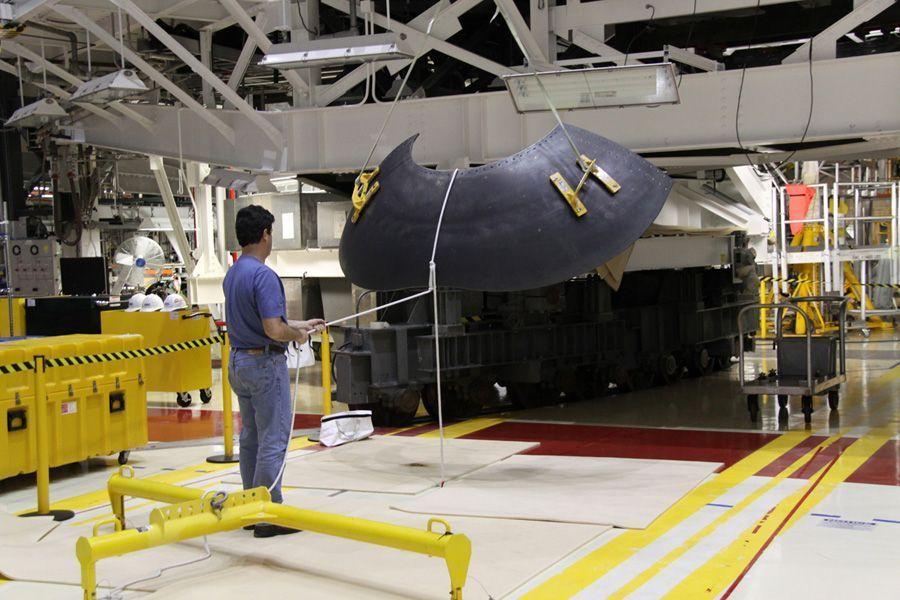 工作人员拆除发现号的前反作用力控制系统,准备将其运到新墨西哥州白沙太空港的维修厂进行进一步检测,以确定其零部件可安全展出。3月,发现号航天飞机完成最后一次太空飞行后正式退役,现正接受检查和拆解。在佛州的肯尼迪航天中心,39B发射架正在安装新的发射系统,为未来的太空探索任务做准备。