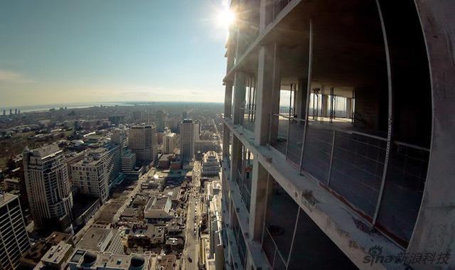空中摄影 玩命的楼顶摄影师图片