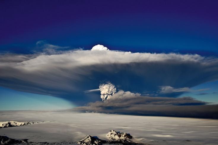 事实上,冰岛火山的喷发频率远超人们的想象,但冰岛人已经习以为常,甚至开始享受火山喷发的壮观画面和震撼感观。图为1963年11月4日,渔民最先发现海洋中的一座火山爆发,这次爆发也导致了火山岛苏特塞岛的形成。到1963年11月30日,新的岛屿已从海底130米处升高至海平面以上二三十米。