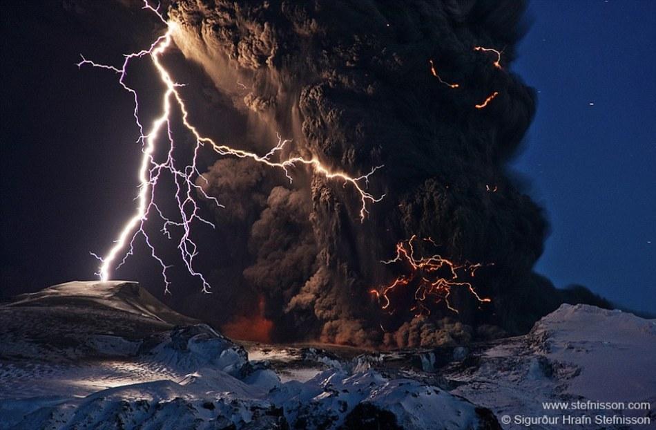 这张照片捕捉到埃亚菲亚德拉冰盖上2010年一次震撼人心的火山喷发,照片中集合了闪电、火山喷发和冰山三个主要景观。那次火山喷发导致整个欧洲的航班出现混乱和暂停。这是摄影师最喜爱的作品之一,曾入选《国家地理》杂志百张最好的自然摄影作品集中。
