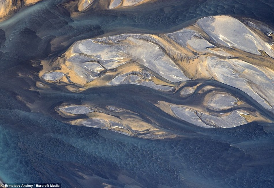 俄摄影师航拍冰岛:展现酷似外星球景象