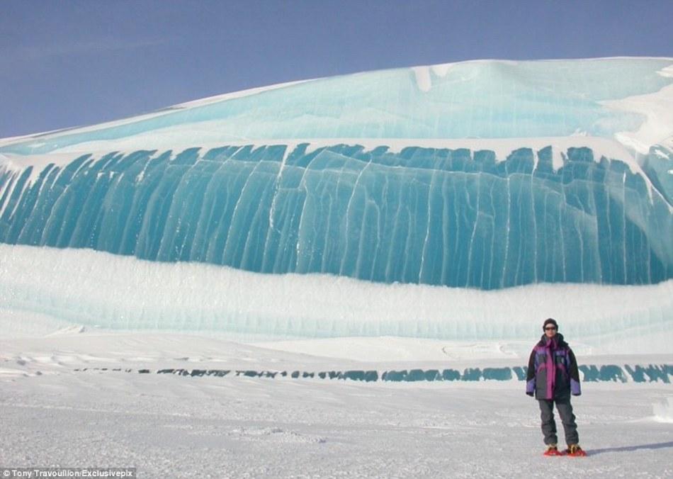 照片旁的文字描述说,照片中的冰块是冰冻的海啸,高达50英尺(约15米)