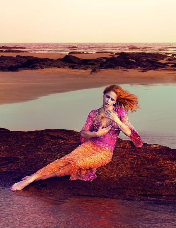 模特造型的灵感部分来自美人鱼的传说,闪闪发光的鳞片、晒干的小鱼和沙子,时尚元素中必备的性感和诱惑.图片