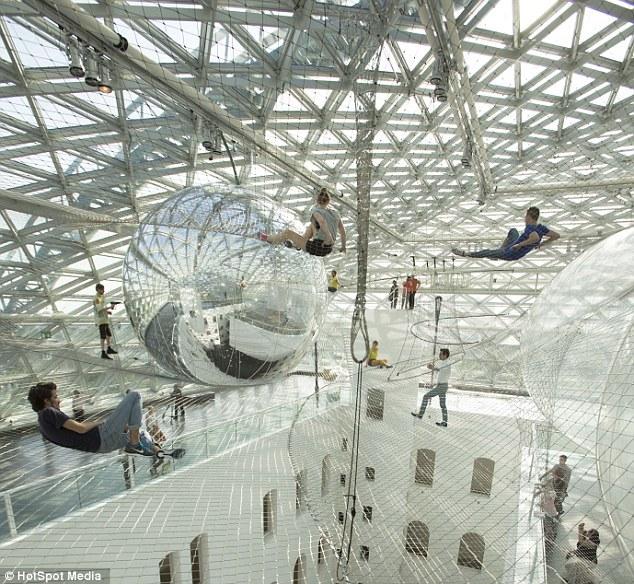 艺术家24米高空建巨型铁丝网似空中花园