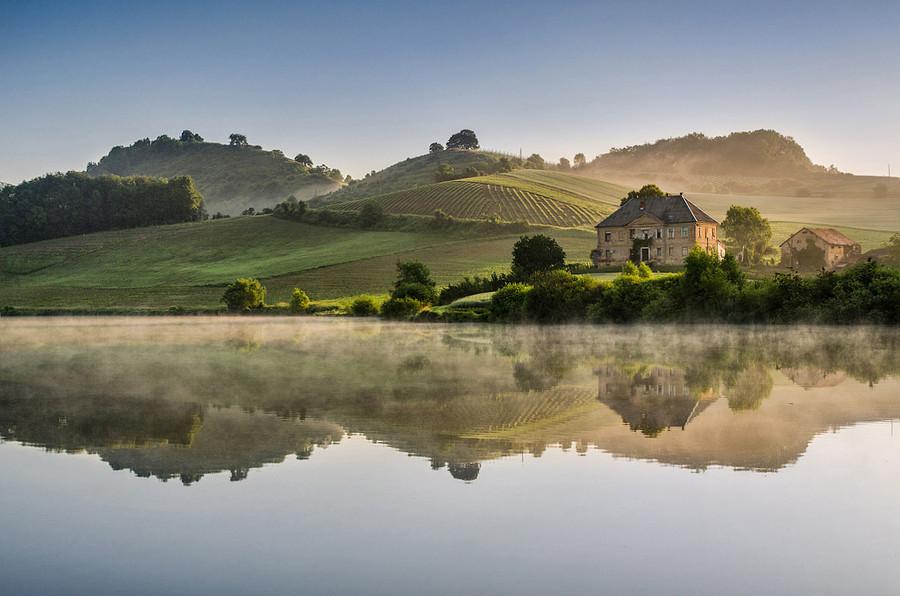 斯洛文尼亚清晨雾升美景:飘过田野落于山间