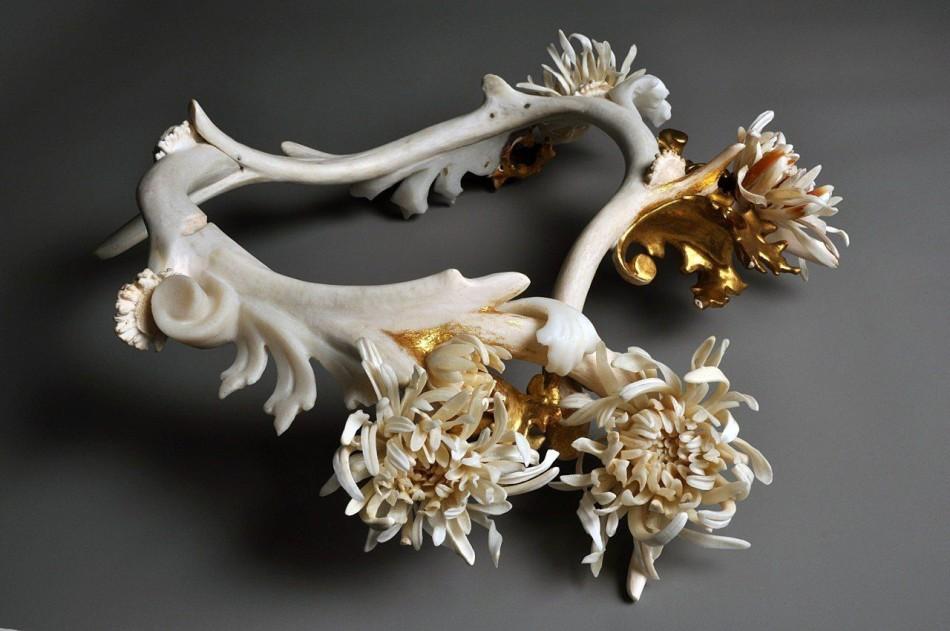 美雕刻大师用动物骨骼打造精美工艺品