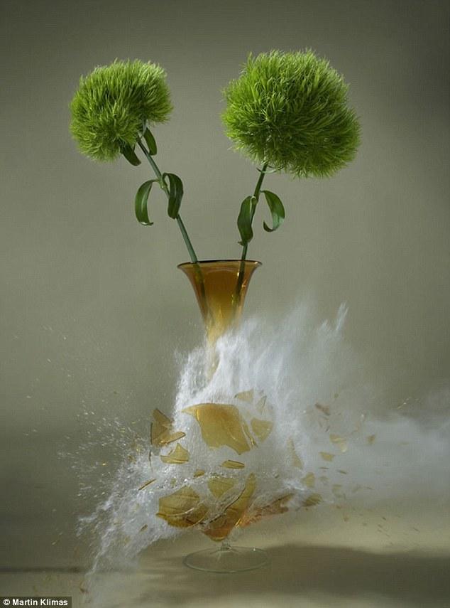 静与动的对比艺术:高速摄影捕捉花瓶破碎瞬间