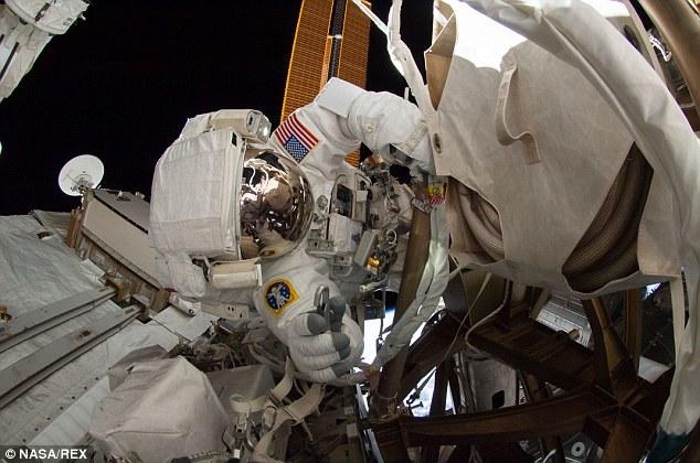国际空间站宇航员太空行走中玩自拍