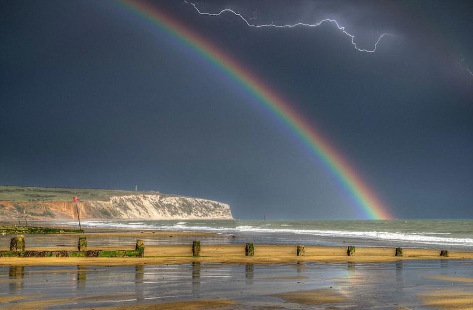 英摄影师捕捉自然奇景:雷电彩虹同现天空