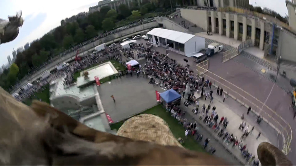 老鹰架摄像机航拍巴黎:从埃菲尔铁塔一跃而下