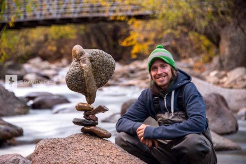 重力的平衡魔法:艺术家展现叠石块绝技