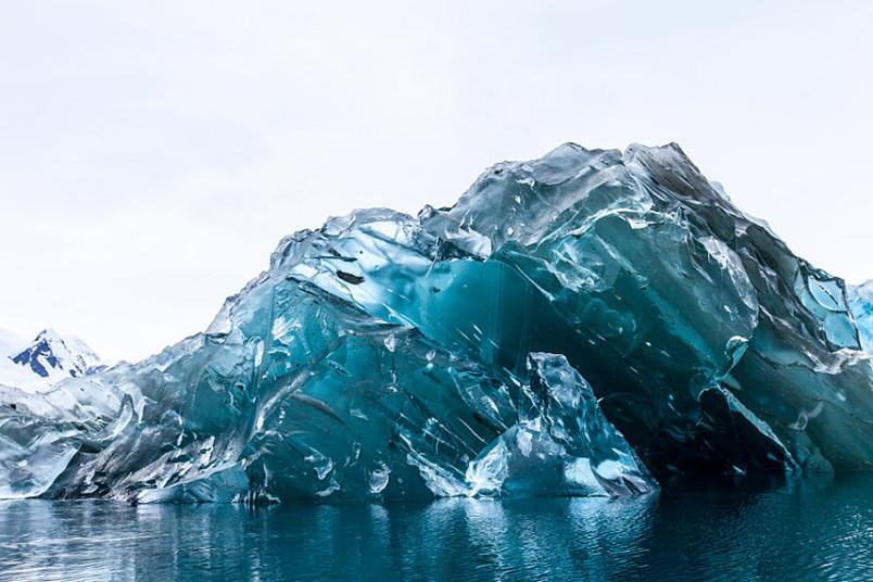 翻转的冰山:罕见冰山底部露出水面