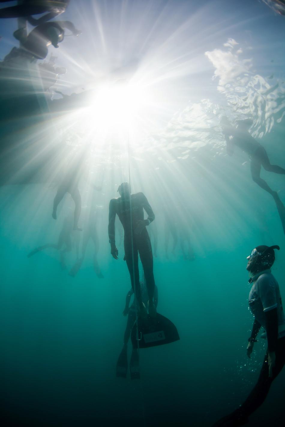 自由潜水的危险与疯狂:仅靠自身重量下潜百米
