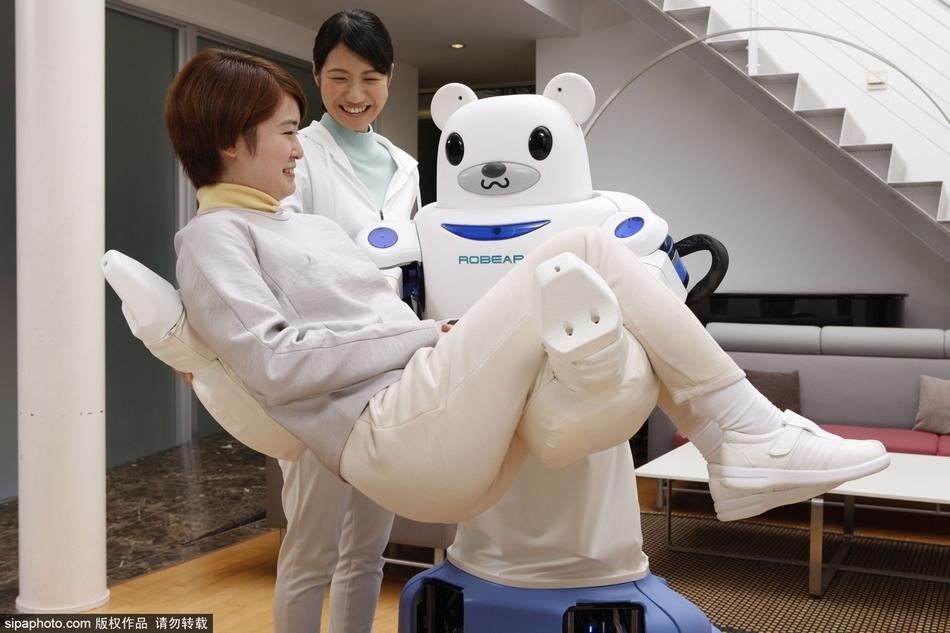 """日本研发机器人""""护士"""":将病人扶上轮椅"""