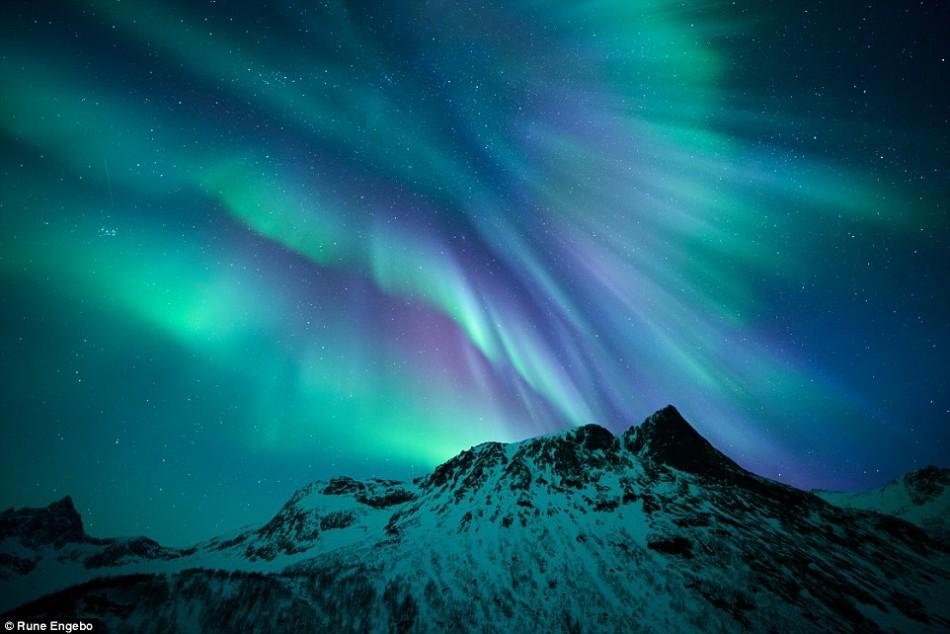 美轮美奂的天文摄影:冰岛上空红色极光秀