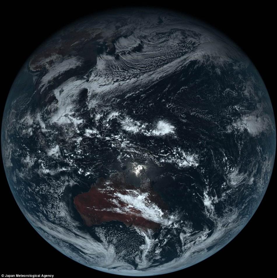 灰色星球:日本气象卫星还原地球真实颜色