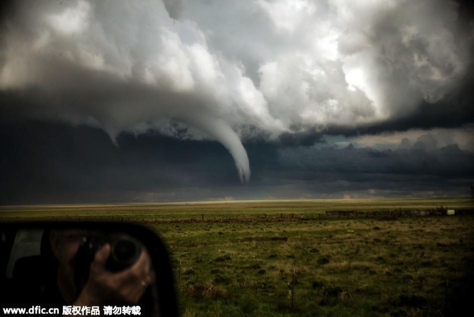 美国天空罕见瞬间:狂野龙卷风邂逅美丽彩虹