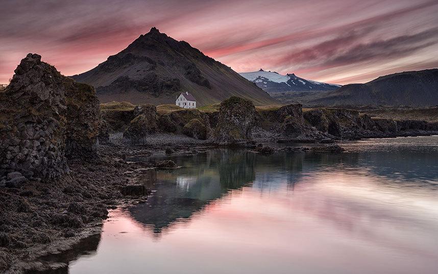 冰岛宛若仙境美景 :狭小峡谷内隐藏壮丽瀑布