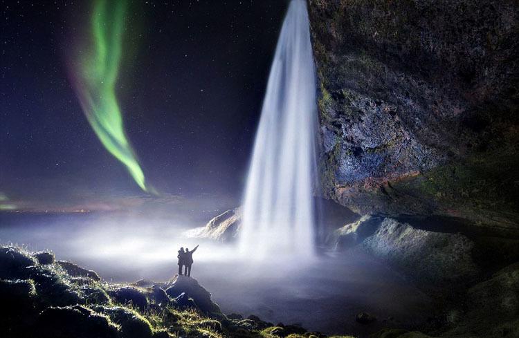 摄影师冰岛拍童话般瀑布美景:与北极光相映成辉