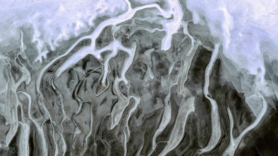 卫星航拍地球美景:薄雾融于灰色背景似抽象画