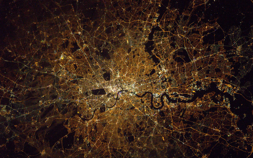 太空俯瞰地球:伦敦灯火辉煌夜景震撼迷人