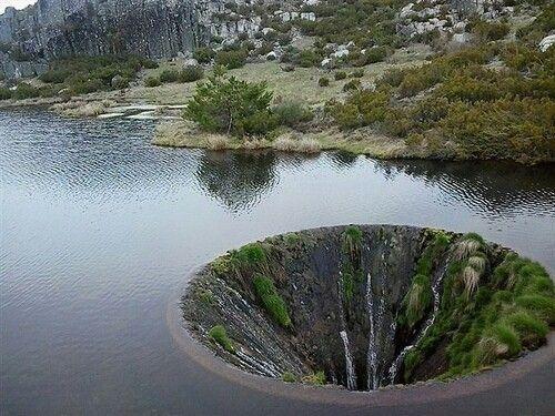 """葡萄牙湖面现""""地球破洞"""":湖水往下流"""
