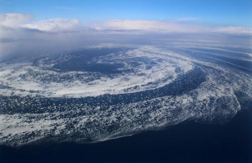 日本北海道出现罕见壮观流冰大漩涡
